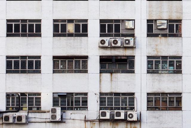 starý panelák s klimatizacemi