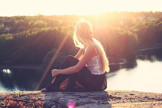 blondýna nad jezerem