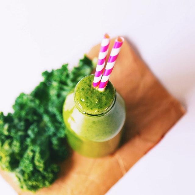 zelené smoothie, láhev, brčka