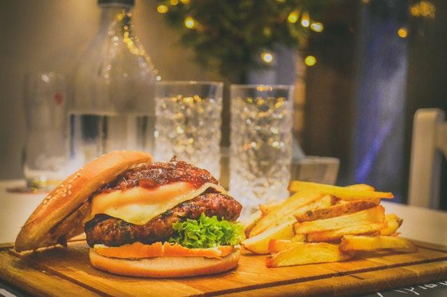 nezdravé jídlo, burger, hranolky